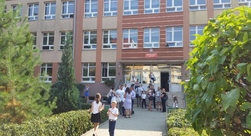 Gospodarka, Pięćset wyprawkę szkoły - zdjęcie, fotografia