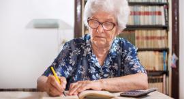 Coraz więcej seniorów zamiast oszczędności ma długi